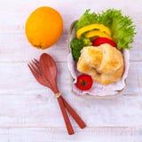 Säubern Sie Lebensmittelfrühstückshörnchen und -salat Stockfoto