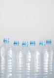 Säubern Sie leere Plastikwasserflaschen auf Tabelle - Wiederverwertungs- und Lebensmittelspeicher Stockfotografie
