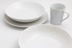 Säubern Sie leere Platten und die Schalen, die auf Weiß lokalisiert werden Stockfoto