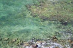 Säubern Sie Meer mit Steinen und Korallen Stockfotos