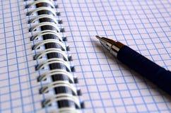Säubern Sie offenes überprüftes Notizbuch mit blauem Stift stockfoto