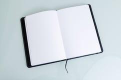 Säubern Sie offenes Notizbuch-Papier in der schwarzen Abdeckung Lizenzfreies Stockbild