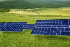 Säubern Sie Solarplatten der elektrischen Energie in der Wiese Stockfoto