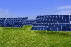 Säubern Sie Solarplatten der elektrischen Energie in der Wiese Stockbilder