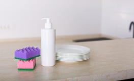 Säubern Sie Teller in der Küche Stockfotos