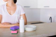Säubern Sie Teller in der Küche Lizenzfreies Stockfoto