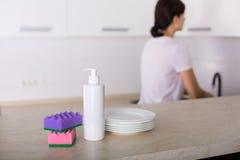 Säubern Sie Teller in der Küche Lizenzfreie Stockfotos