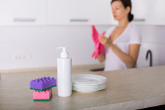 Säubern Sie Teller in der Küche Lizenzfreie Stockfotografie