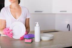 Säubern Sie Teller in der Küche Stockbild