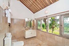 Säubern Sie Toilette mit Bambusdecke Stockfotos