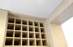 Säubern Sie und Küche des behaglichen Hauses. Weinspeicherkabinette stockbild