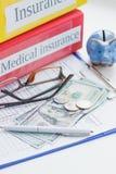 Säubern Sie Versicherungsform, -Sparschwein, -gläser und -geld Lizenzfreies Stockbild