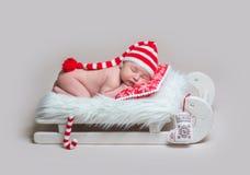 Säuglingsbaby, das auf hölzerner Krippe schläft lizenzfreie stockbilder