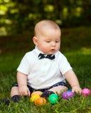 Säuglingsbaby, das mit Ostereiern spielt Stockbild