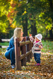 SäuglingsBaby im Park Lizenzfreie Stockfotografie