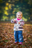 SäuglingsBaby im Park Lizenzfreie Stockfotos