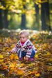 SäuglingsBaby im Park Lizenzfreie Stockbilder