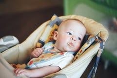 Säuglingsbaby-Kinderjunge sechs Monate alte isst Lizenzfreie Stockfotos