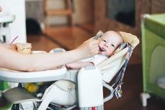 Säuglingsbaby-Kinderjunge sechs Monate alte isst Stockfotografie