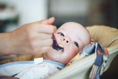 Säuglingsbaby-Kinderjunge sechs Monate alte isst Lizenzfreie Stockbilder