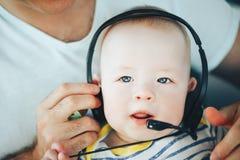 Säuglingsbaby-Kinderjunge sechs Monate alte mit Kopfhörern Lizenzfreies Stockbild