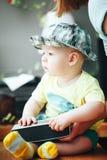 Säuglingsbaby-Kinderjunge sechs Monate alte mit solidem Sprecher Lizenzfreies Stockfoto