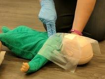 Säuglingsherz-lungen-wiederbelebung Stockfotografie