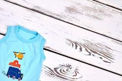 Säuglingsjunge farbiges Sommert-shirt Stockfotografie