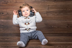 Säuglingsjunge hören Musik mit Kopfhörern Stockfotografie