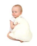 Säuglingskinderbaby, das den weichen Teddybären an schläft umarmt Lizenzfreie Stockbilder