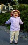 Säuglingsmädchen, das herum 2 vermasselt Lizenzfreie Stockfotos