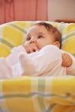 Säuglingsmädchen in ihrer Krippe Stockbild