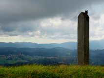 Säule auf Hügel stockbilder