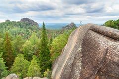 Säule das Viertel Ansicht der zweiten Säule mit Aufschrift Freiheit Russisches Reserve Stolby-Naturschutzgebiet Lizenzfreie Stockbilder