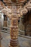 Säule, die am Jain Tempel schnitzt Lizenzfreies Stockbild
