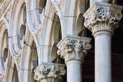 Säulen an der Front des Palastes des Dogen in Venedig Italien Lizenzfreie Stockfotos