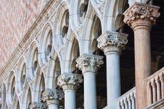 Säulen an der Front des Palastes des Dogen in Venedig Italien Lizenzfreies Stockfoto