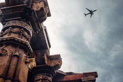 Säulen des Tempels komplexes Qutb Minar auf der Himmel-Ansicht Stockfotos
