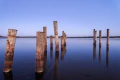 Säulen für einen Liegeplatz in der Ostsee stockfotografie
