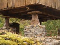 Säulen im Dorf Stockbilder