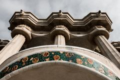Säulen in Retro-, Barcelona, Löweköpfe lizenzfreies stockfoto