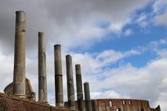 Säulen Roman Forums, der zu das Colosseum in Rom führt Lizenzfreie Stockfotos