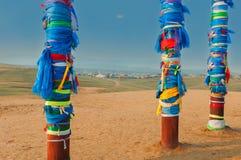 Säulen und Dorf Buryat im Abstand Stockbilder