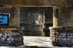 Säulen unter der Paton-Brücke stockfotos