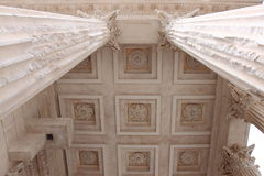 Säulen von Roman Temple Maison Carrée, Franzosen Nimes lizenzfreies stockfoto