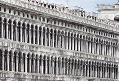 Säulengänge der Fassade auf Marktplatz San Marco in Venedig Lizenzfreies Stockbild