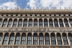 Säulengänge der Fassade auf Marktplatz San Marco in Venedig Lizenzfreies Stockfoto