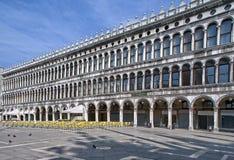 Säulengänge des Marktplatzes San Marco früh morgens Stockfoto