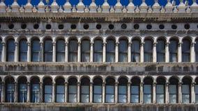 Säulengänge des Marktplatzes San Marco in Venedig Lizenzfreie Stockbilder