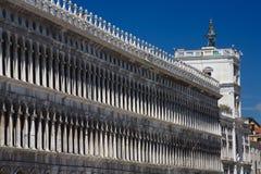 Säulengänge des Marktplatzes San Marco in Venedig Lizenzfreies Stockbild
